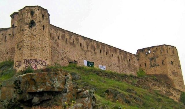 Kashmiri youth have painted a Pakistan flag on the historic Hari Parbat Fort in Srinagar on the occasion of Pakistan Independence Day